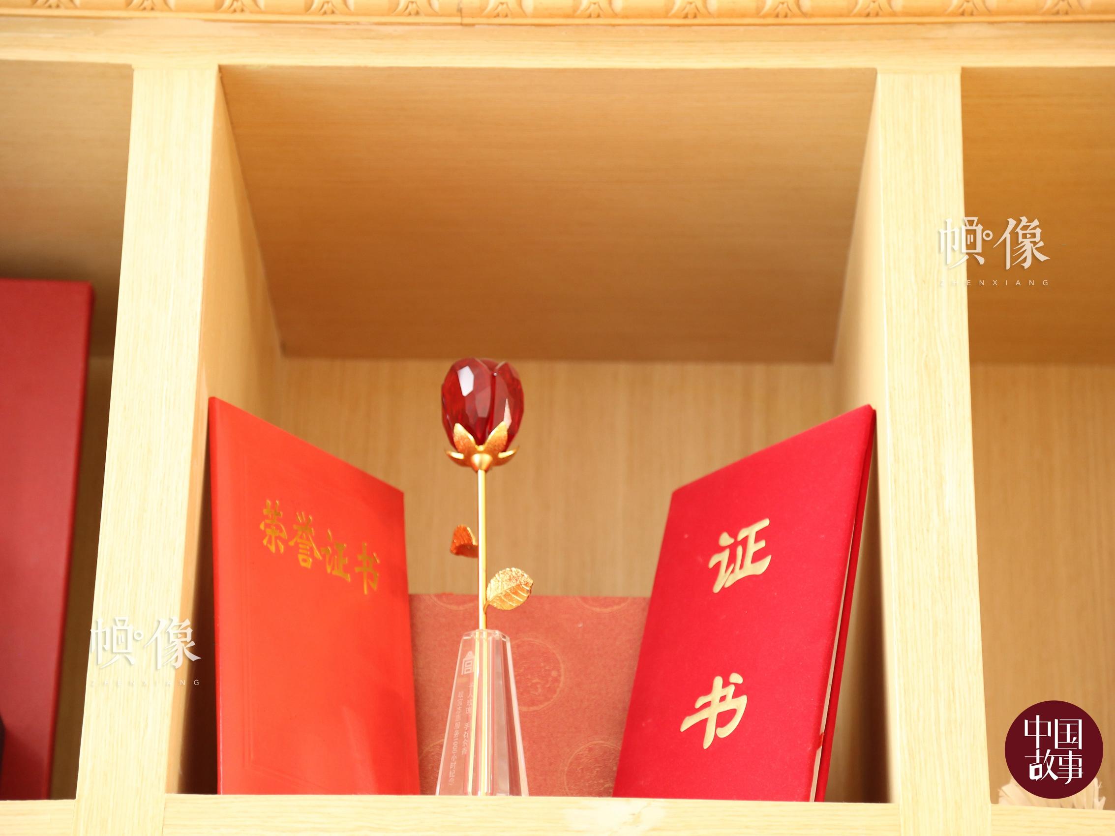 """故宫为服务满 1000 小时志愿者颁发的奖杯""""水晶玫瑰"""",寓意着赠人玫瑰,手有余香。 中国网记者 赵超 摄"""