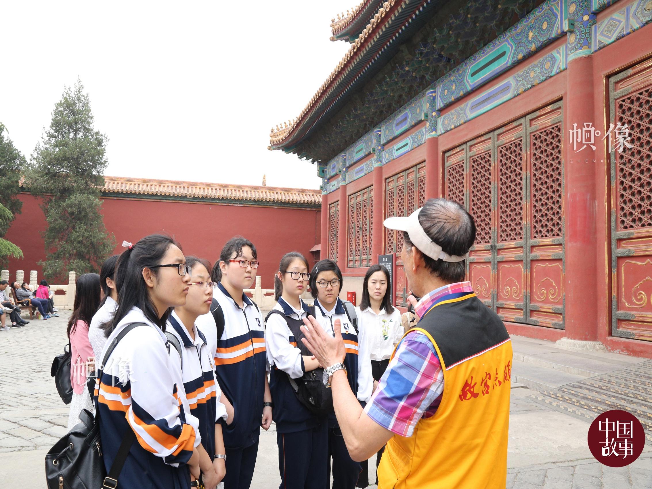 故宫志愿讲解员高斌侠为前来参观的学生进行讲解。 中国网实习记者 赵丹 摄