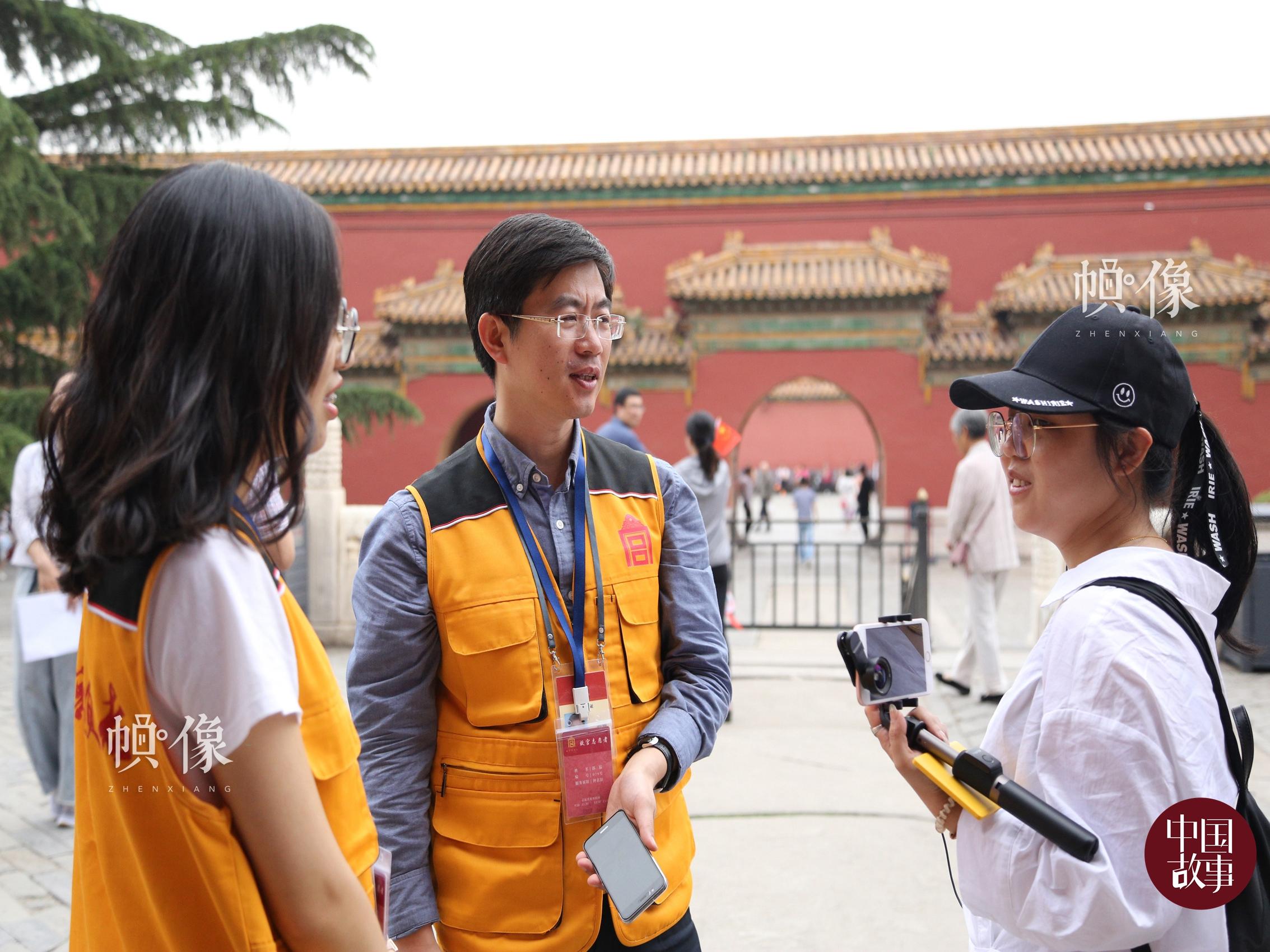 故宫志愿讲解员杨博雅(画面左)和郭猛(画面中)为游客讲解。 中国网实习记者 赵丹 摄