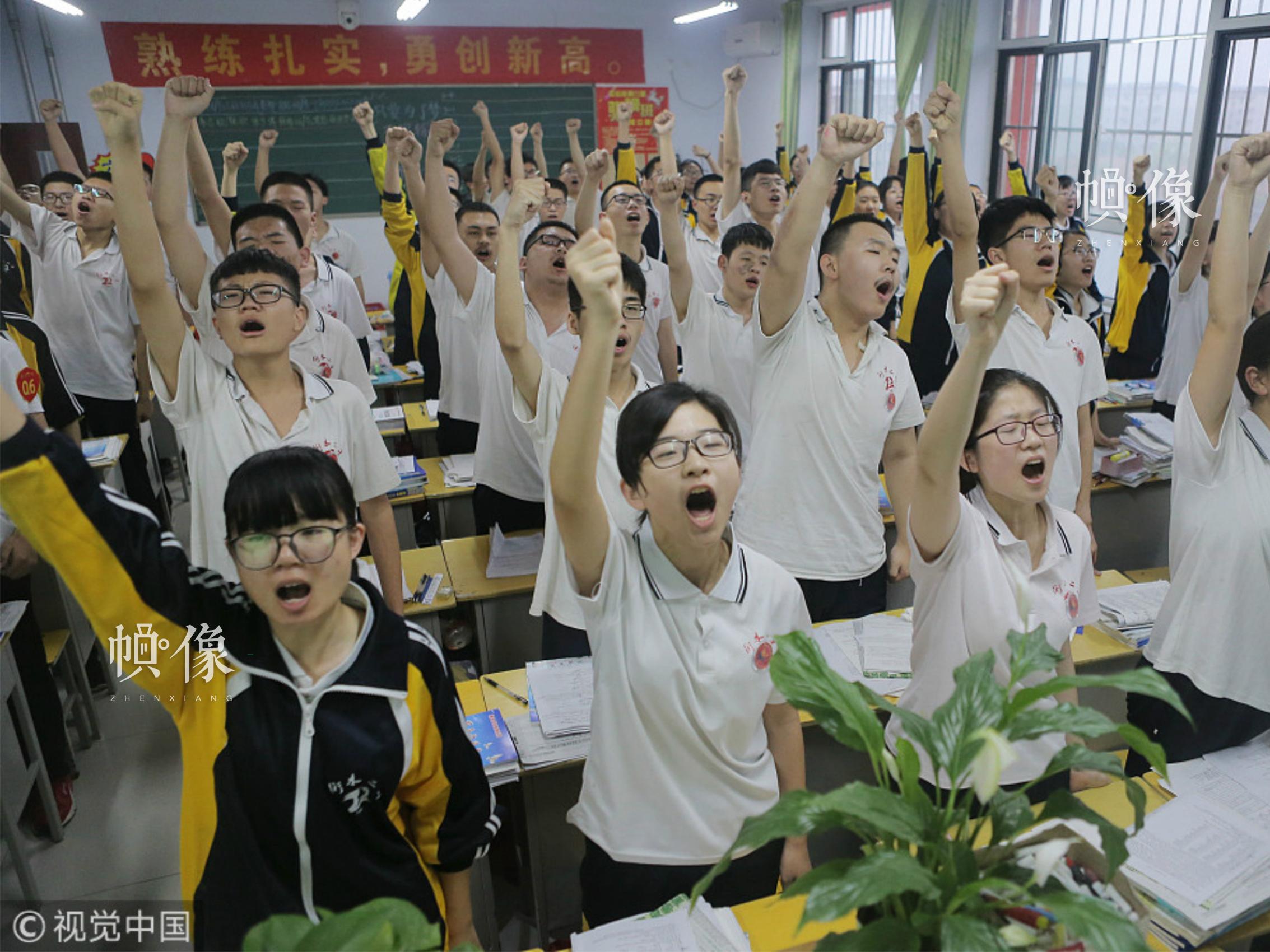 2018年05月06日,河北衡水二中的高三学生在进行课前宣誓,这是这所学校所有年级每个班每天都会进行的功课,这种方式既可以宣泄压力,又可以振奋精神。图片来源:视觉中国