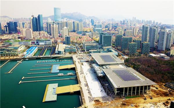 """站在青岛奥林匹克帆船中心,了望着由奥帆基地主场馆改造而成的""""国际"""