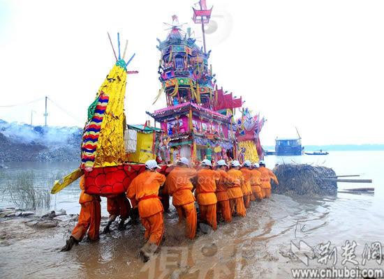 """每年农历五月十八举行的西塞神舟会""""送神舟""""仪式(资料图)"""