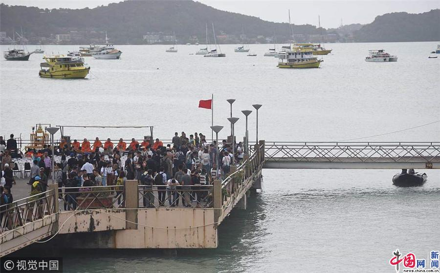 2018年7月11日,泰国普吉岛,普吉岛沉船事故的第七天,事故幸存者、遇难者家属、志愿者、中泰政府官员等前往普吉查龙码头等地参加祭奠仪式,悼念逝者。普吉查龙码头举行祭奠仪式。(张士博/成都商报/视觉中国) 2018年7月11日上午8时,记者在泰国普吉岛查龙码头看到,家属非常伤心,幸存者黄俊雄来到码头,从轮椅上下来,跪倒在地上,大声呼喊姐姐的名字,失声痛哭,志愿者怕伤心过度,赶紧把他扶起来。很多家属也来到了码头祭拜,带上了烟、酒、水果等物品。在随后的新闻发布会上,普吉府府尹诺拉帕介绍了最新的搜救进展,截至