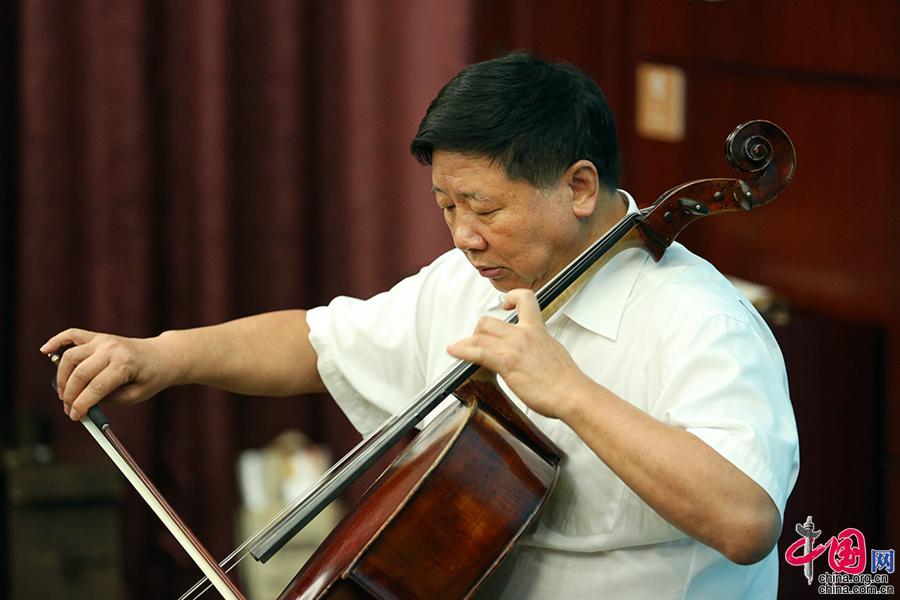 全国政协文化文史和学习委员会副主任、原国家宗教局局长叶小文演奏《送别》