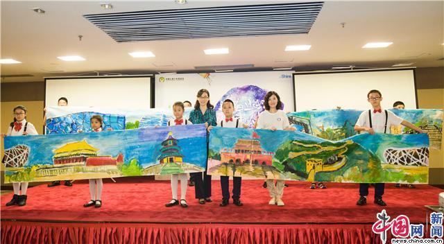 在艺术课堂上,专业老师带领孩子们创作《我的未来》自画像,让孩子们图片