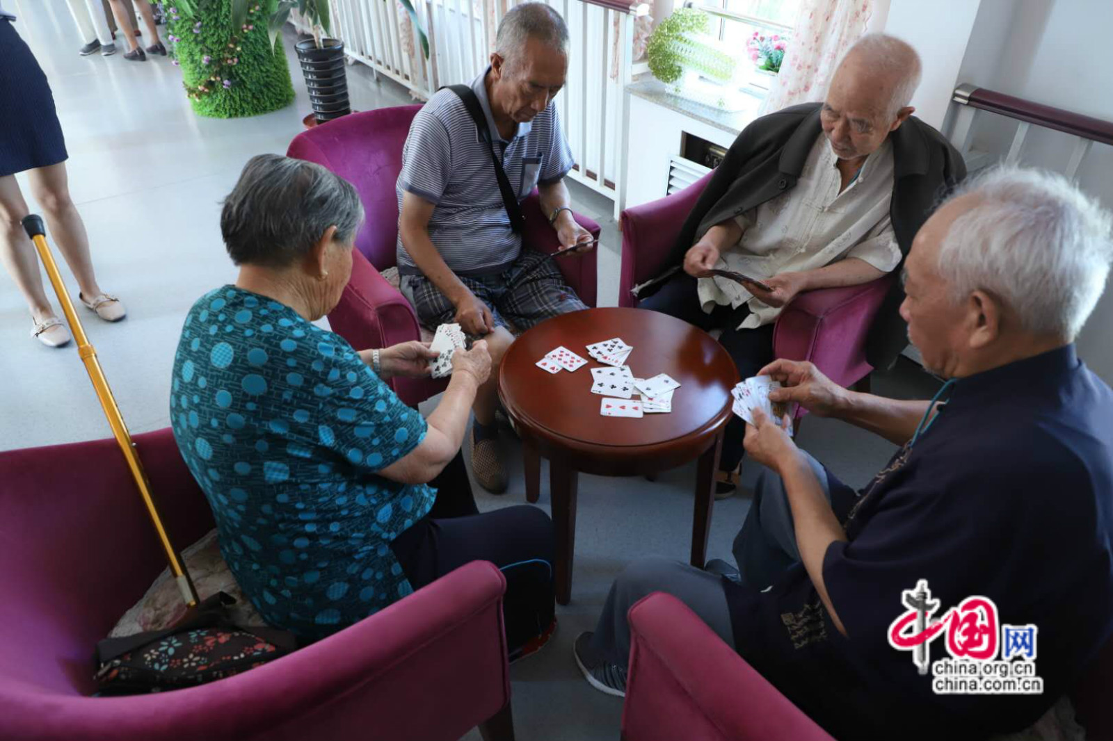 克拉玛依黑油山养老社区老人在打扑克娱乐.中国网记者李培刚 摄