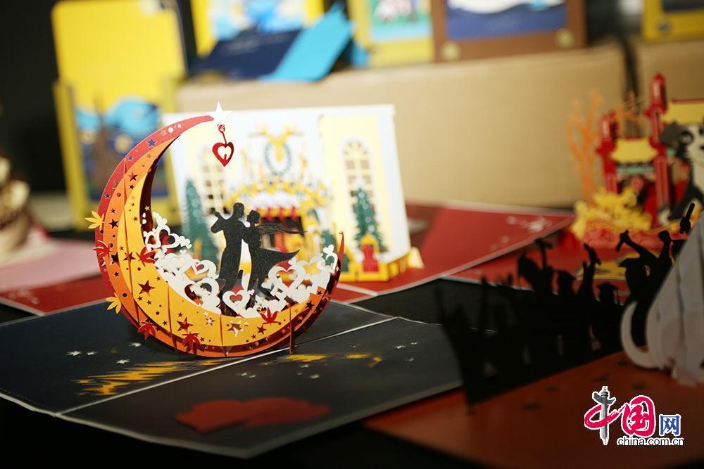 2018北京文創產品交易會上的文創產品展示。中國網 趙娜攝影 新品大秀重磅推出 詮釋品牌落地轉化 文交會作為促進文創產品交易的平臺,尤其重視創新與創意,為了加大對優秀文創項目的支持力度,幫助更多的設計師實現產品的市場轉化。文交會聯合五大具有文化代表性的品牌,在開幕式現場演繹新品大秀,吸引了大量觀眾駐足觀看。