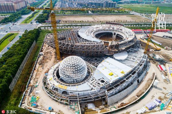 2018年6月13日,中国上海,位于浦东临港新城的上海天文馆,建成后将成为全球建筑面积最大的天文馆。(东方IC) 中国网新闻10月11日讯 危楼高百尺,手可摘星辰。中华民族自古就对浩瀚的星空充满无限遐想。据法国电视台BFMTV报道,世界上最大的天文馆上海天文馆(上海科技馆分馆)正在中国上海施工建设,预计2020年建成开放。届时,观众们将能够在这里探索宇宙和天空的奥秘。 上海天文馆坐落在浦东新区临港新城,于2016年11月破土动工,建筑面积3.