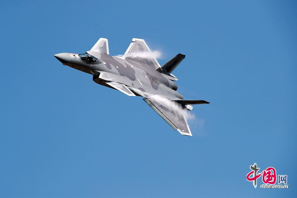 中国、航空宇宙ショーでステルス戦闘機デモ飛行な …