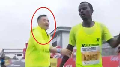 马拉松选手撞线后被拽停合影?主办方称是搀扶 叶思文