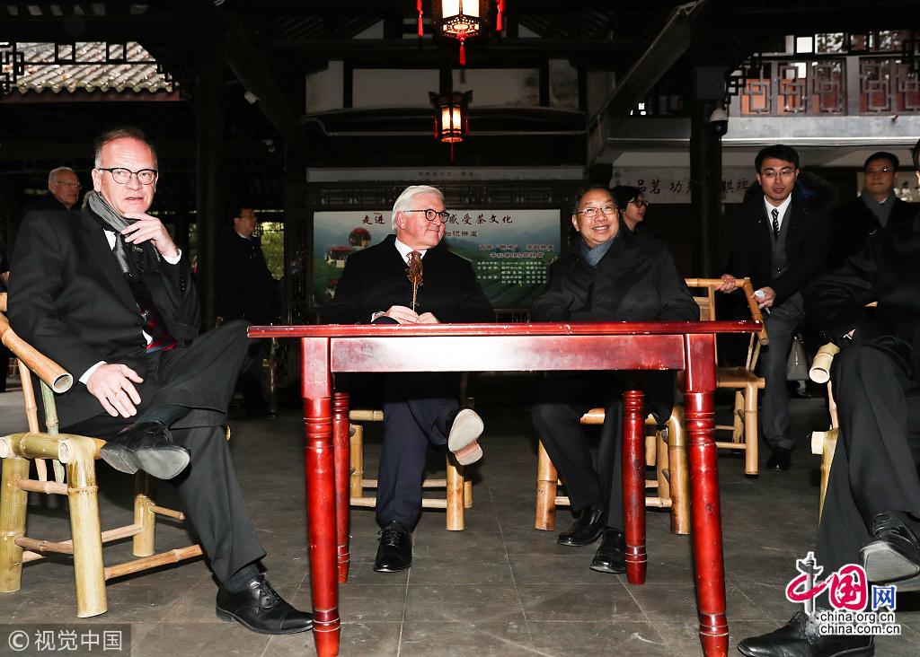 德国总统施泰因迈尔在访问时,在人民公园内的百年老茶馆鹤鸣茶馆,露天