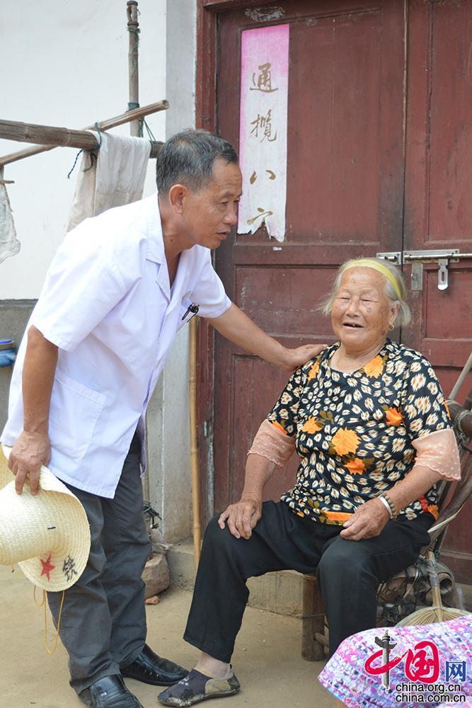 """【中国故事】四十年如一日抗击血吸虫 南矶山岛上的""""斗虫""""村医"""