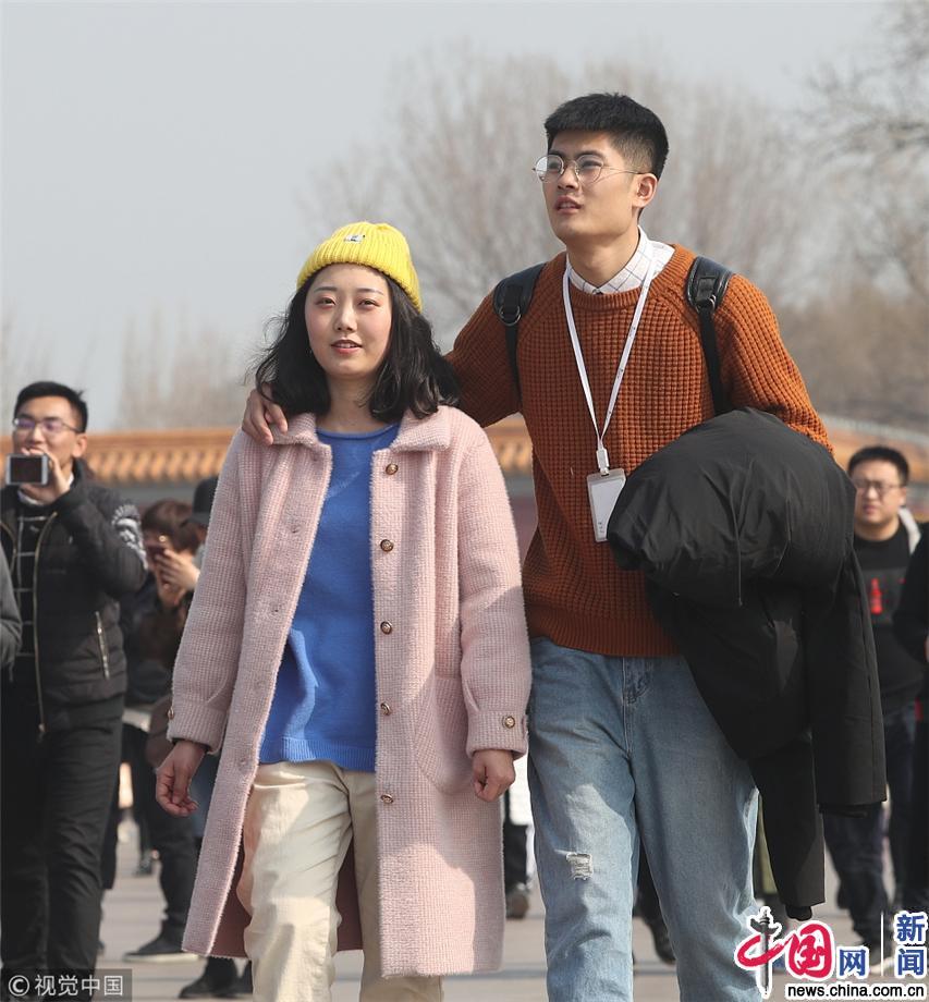 北京气温攀升 游客解冬装游览天安门乐享初春暖