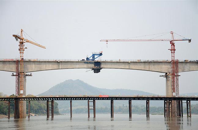 中老铁路跨湄公河特大桥实现首跨合龙