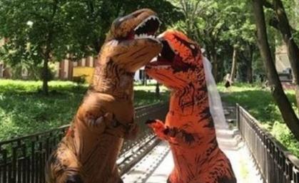 """新婚夫妇别出心裁扮装""""恐龙"""" 环球婚礼300天"""