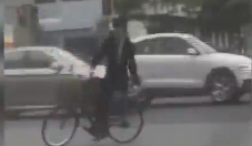 上海:男子骑车街头炫技受处罚 连云港电大女学生被辱