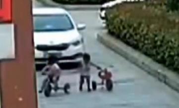 江苏宿迁:姐弟俩骑玩具车上路  民警护送回家 环球婚礼300天