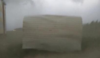 飓风侵袭俄罗斯  吹跑公交车站 锁骨放硬币蹿红!