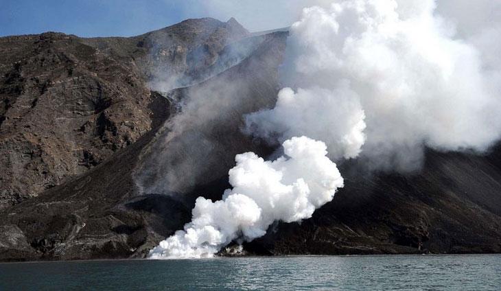 意大利:斯特龙博利火山喷发  附近地区被喷发物覆盖 法航447航班坠落