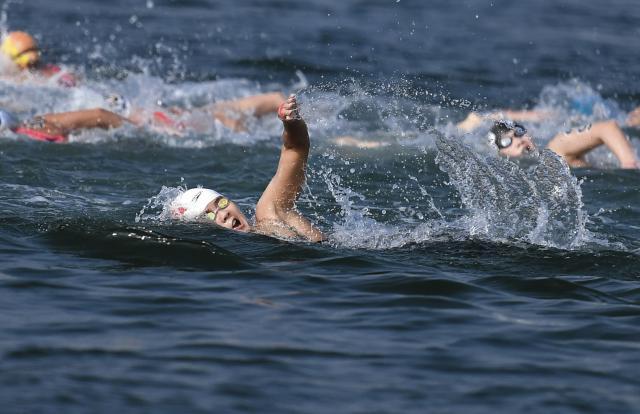 0.9秒微弱优势夺金!辛鑫身披国旗领奖 创中国公开水域游泳历史 费德勒 穆雷