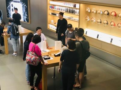 iPhone 11首发:王府井店首批顾客普遍选了绿色