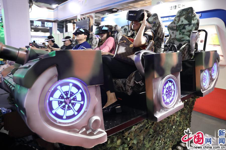 第21届北京科博会:观众体验VR游戏