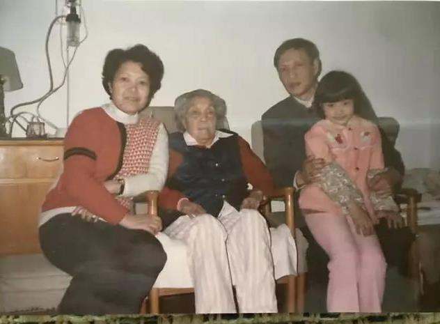 儿时蔡楠陪父亲蔡博(著名冶金专家),母亲宋宝英看望姑奶奶蔡畅