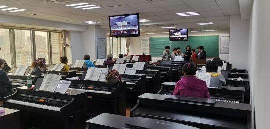 金陵老年大学的电钢琴课堂