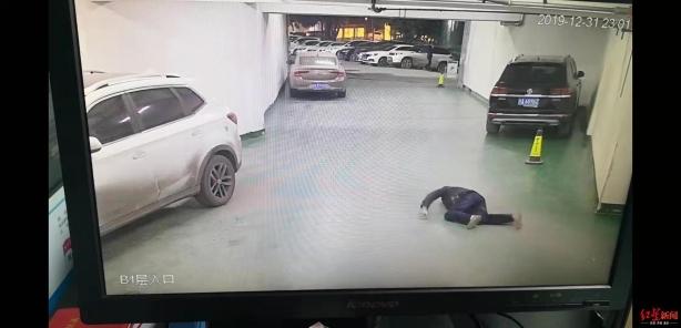 车库出口附近第二次摔倒