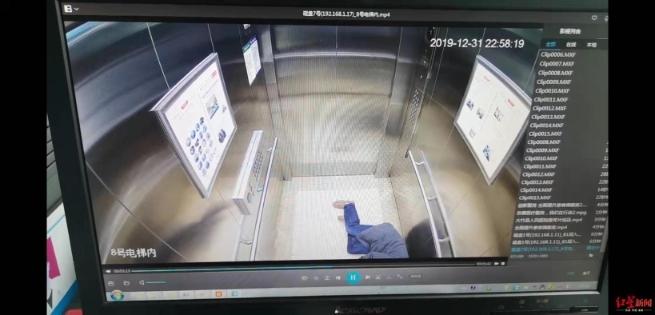 电梯内第一次吃摔倒