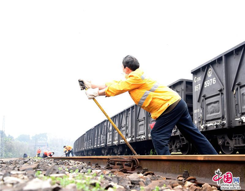 川黔铁路守护者:每天经过的列车上或许有医疗物资,能将它们安全送达辛苦点儿没关系