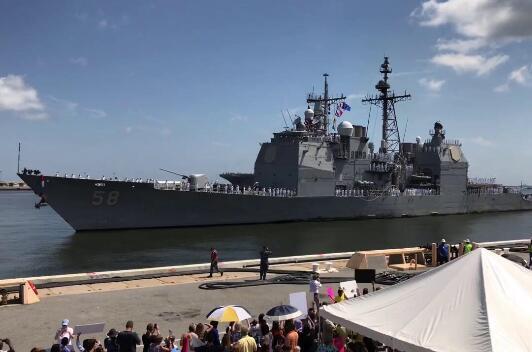美国海军巡洋舰正在岸边补给 却突然漏油了