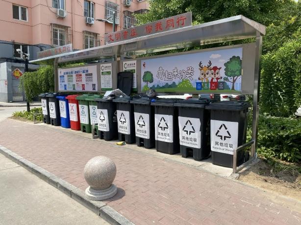 富源里小区南门附近垃圾桶站。摄 新京报记者 应悦