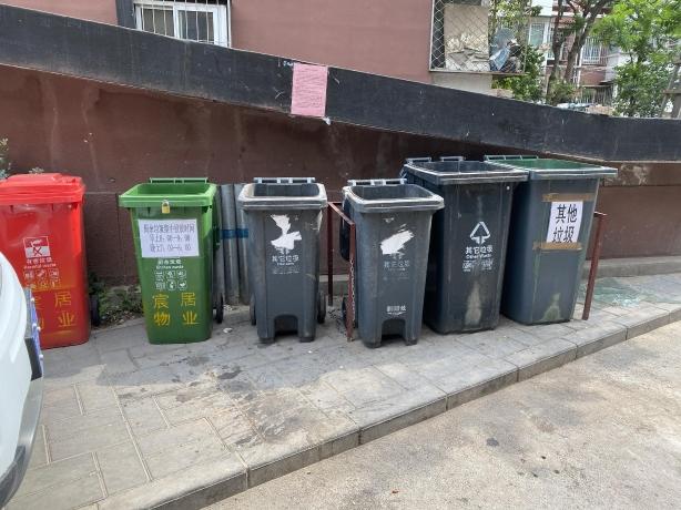 永金里小区15号楼附近垃圾桶站增设了多个垃圾桶。摄 新京报记者 应悦