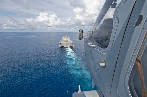 美国在中国周边动作不断 美军舰机同一天现身东海南海