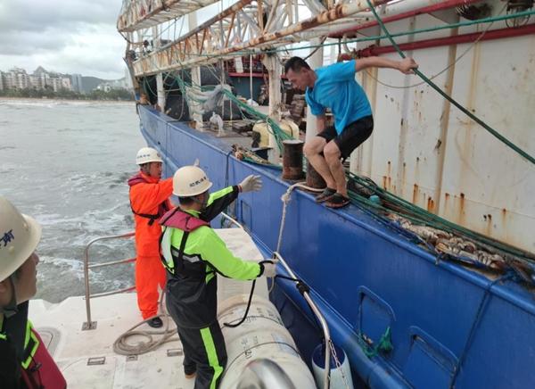 海南三亚两艘渔船遇险 15人获救