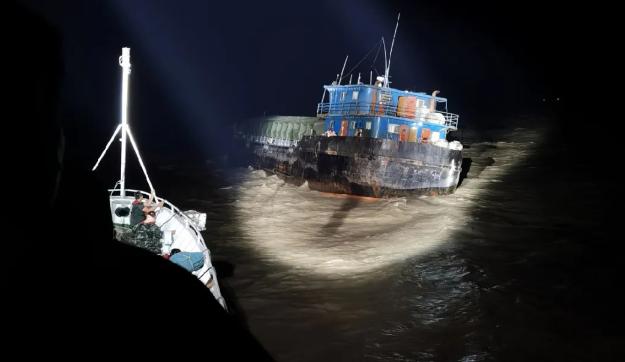 走私船故意撞击中国海警巡逻舰后疯狂逃逸 被强行跳帮控制