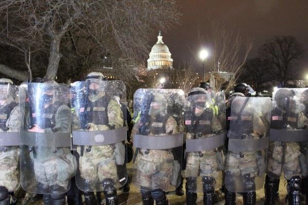 美国国民警卫队员在美国国会大厦前执行防卫任务