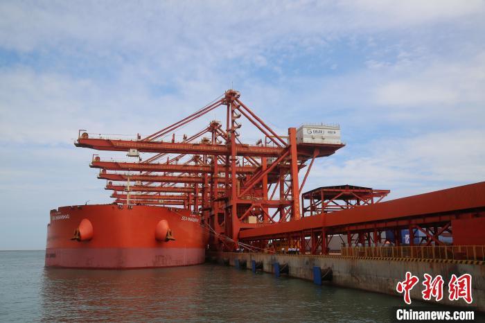 烟台港始建于1861年,是烟台城市兴起和发展的基础。 王娇妮 摄