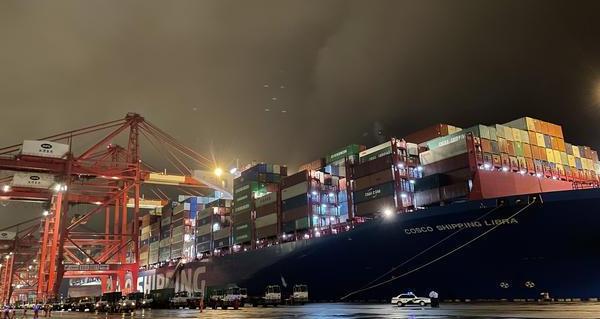 上海:进博会海运展品集中入境  通关迅速