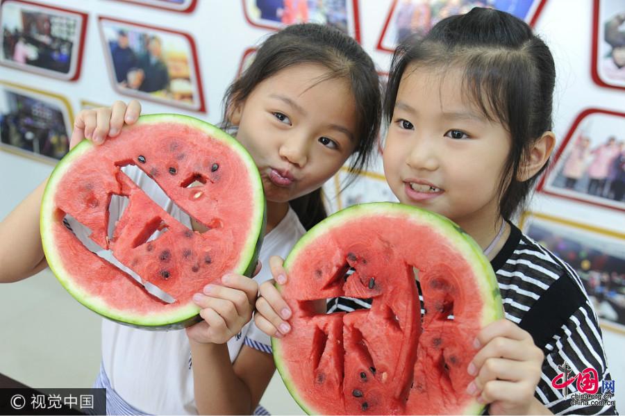 Anhui : des habitants mangent des pastèques pour accueillir l'arrivée du Début de l'automne