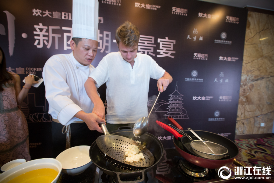 Dmitri apprend la cuisine chinoise à Hangzhou