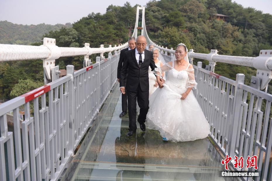 Ils Fetent Leur 50e Anniversaire De Mariage Sur Un Pont En Verre