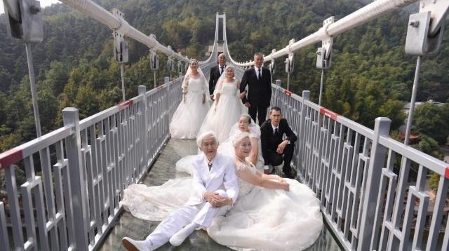 Ils f tent leur 50e anniversaire de mariage sur un pont en for 50e anniversaire de mariage robes en or