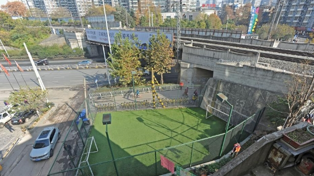 Wuhan un terrain de foot de moins de 100 m2 fait le buzz for 100 m2 de terrain