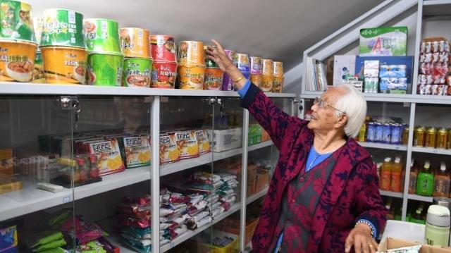 une femme de 98 ans ouvre un magasin pour aider les pauvres et les orphelins. Black Bedroom Furniture Sets. Home Design Ideas
