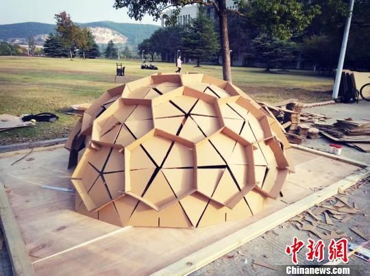 Studenten Errichten Kreative Hauser Aus Pappe China Org Cn