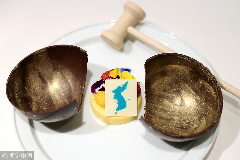 Ein Mango Kuchen, Der Verziert Ist Mit Einer Garnitur In Form Einer  Einheitlichen Koreanischen Halbinsel. Der Kuchen Befindet Sich In Einer  Holzschale, ...