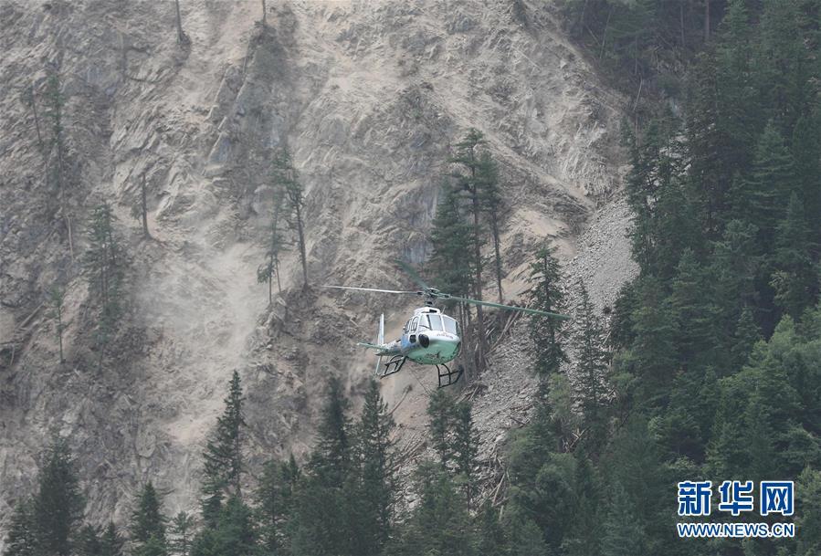 10人を救うため、救助隊員が地すべり区間を突破