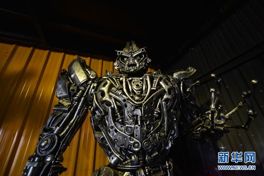 """(国际)(1)泰国""""机器人之家"""":废旧零件的新生"""
